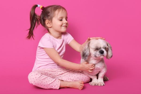 niña que ama a los animales
